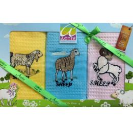 """Набор из 3-х вафельных полотенец с вышивкой """"Веселые овечки""""(Aktiv sheep). Подарочная коробка с ленточкой."""